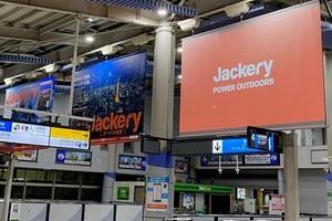 〈2020.12.15〉JR品川駅で「動画が流せるフラッグ」を使った新たな広告手法の可能性を模索する実証実験が開始
